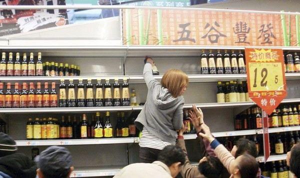 Так как соль уже распродана, жители города Чжэньцзян провинции Цзянсу стоят в очереди за соевым соусом. Фото: kanzhongguo.com