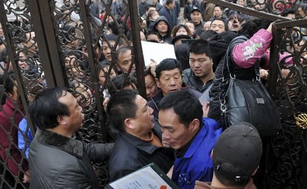 16 марта в городе Тайджоу во всех магазинах уже была распродана вся соль, люди ждут перед оптовым складом. Фото: kanzhongguo.com
