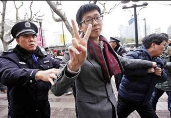 Китайская полиция арестовала участников «Жасминовой революции». Фото: www1.hk.apple.nextmedia.com