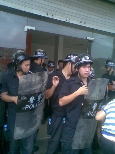 Полицейские похожие на бандитов, которых прислали власти для «помощи» в сносе дома крестьянской семьи. Провинция Фуцзянь. Август 2011 год. Фото прислал житель деревни