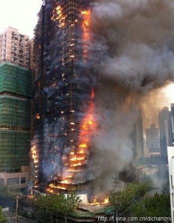 В Шанхае на пепелище высотного жилого дома найдены 42 тела. Фото с сайта epochtimes.com