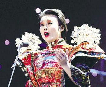 Певица Гун Линьна исполняет песню «Тань Тэ» (Беспокойство). Фото: kanzhongguo.com