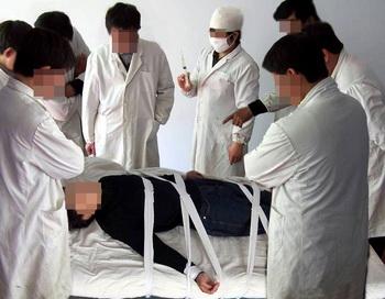 Убийцы в белых халатах. Фото:minghui/com