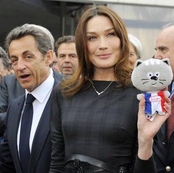 Президент Франции Саркози с супругой Карлой Бруни-Саркози и символом обеспечивают международный политический блеск. Фото: AP Photo/Philippe Wojazer; Pool