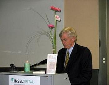Г-н Дэвид Килгур выступает на церемонии вручения награды. Фото:enlightenment.org