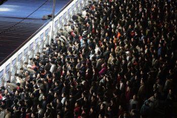 На Новый год по лунному календарю наступает пик поездок граждан, это крупнейшая ежегодная миграция людей в мире, транспортные системы страны загружены до предела. (AFP / Getty Images)