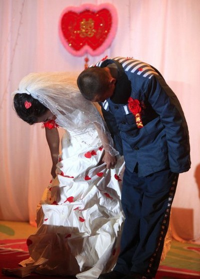 Он готов сделать все ради этой женщины, и чтобы  сбылась ее последняя мечта, он провел свадьбу в тюрьме. Фото: hi.baidu.com