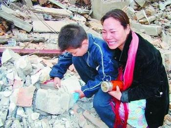 Её дом находился на улице Да Юанькэн, города Кайфэн,  и  сейчас она горько плачет на руинах своего дома, а сын ищет свои учебники.Фото: news.szhk.com