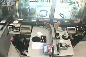 У китайского грабителя банка «самый сильный дух»: 198 ударов молотком по пуленепробиваемому стеклу. Фото: tudou.com