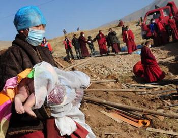 Монахи спасали раненых из-под обломков зданий,  помогали им и готовили пищу для голодных. Фото с epochtimts.com