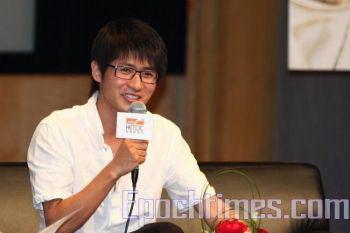 Пресс-конференция на книжной ярмарке в Гонконге. Хань Хань сказал, что не расположен к восхвалениям, так как «кто высоко возносится, тому больнее падать». Фото: Пань Цзайху / The Epoch Times