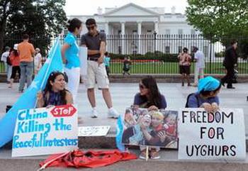 Уйгуры проводят демонстрацию перед Белым Домом в Вашингтоне против подавления протестов в Синьцзяне. Фото: Nicholas KAMM /AFP/Getty Images