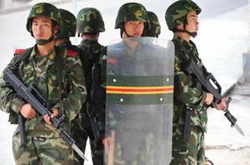 С полуавтоматическим оружием и дубинками вооруженные силы безопасности на улицах Урумчи в Синьцзяне каждый день. Условия жизни  уйгуров, по сообщению докладчика Всемирного конгресса уйгуров, экстремальна. Фото: Frederic J. Brown/AFP/Getty Images