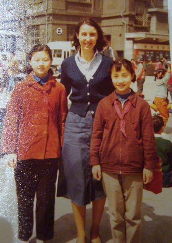 Маргарет Лонзетта (в центре) с двумя школьниками из шанхайского Дворца молодежи, май 1979. Фото из личного альбома Маргарет Лонзетты.