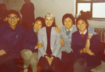 Маргарет Лонзетта (в центре) со студентами Педагогического колледжа в Шаньси, май 1979. Фото из личного альбома Маргарет Лонзетты.