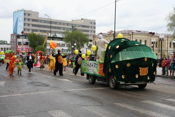 Карнавальное шествие в Иркутске в честь 349-летия. Фото: Николай Ли