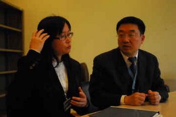Г-жа Хуэминь Ван описывает результат воздействия медикаментов, которыми её насильно кормили во время нахождения под стражей в Китае.Фото:minghui.org