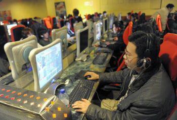 Молодой человек занимается онлайновой игрой в Интернет-кафе в Пекине. Китайские поисковые системы Baidu и Sogou внезапно прекратили фильтровать информацию о судебных исках, поданных последователями Фалуньгун против Цзян Цзэминя, бывшего лидера компартии Китая. Фото: Liu Jin/AFP/Getty Images