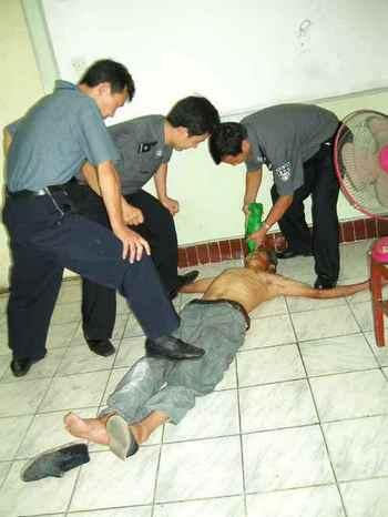 Когда дело касается интересов компартии, китайские полицейские могут безнаказанно не соблюдать законы страны. Фото с epochtimes.com