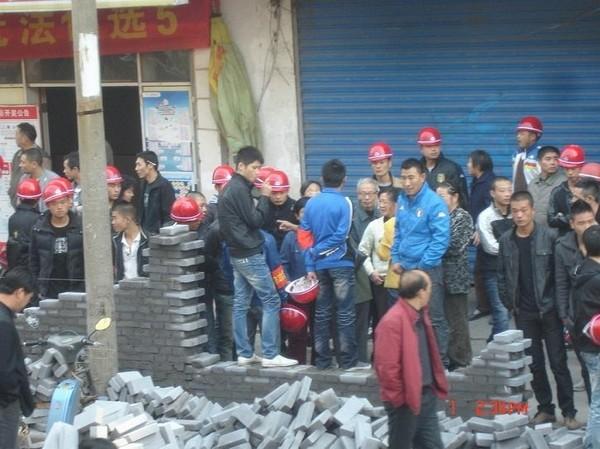 Недовольные суммой компенсации за снос домов жители города заблокировали улицу в знак протеста. Город Цзинчжоу провинции Хэбэй. Октябрь 2010 год. Фото с epochtimes.com