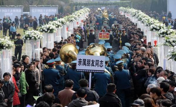 На большой спортивной площадке школы Синьхэ в городке Вэньлин, провинции Чжецзян прошла траурная похоронная церемония. Фото: kanzhongguo.com