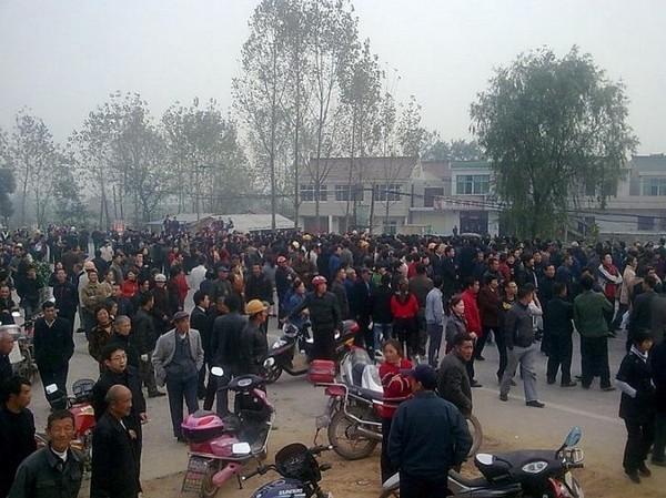 Протест крестьян против отъёма земли. Посёлок Хайлун провинции Аньхой. Ноябрь 2010 год. Фото с epochtimes.com