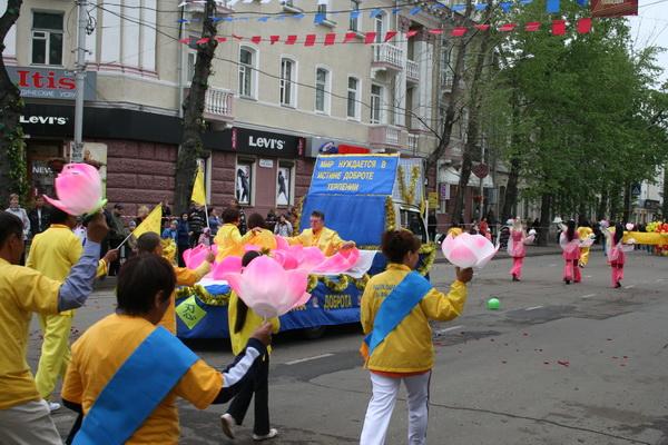 Колонна последователей школы Фалунь Дафа. Фото: Николай Ли
