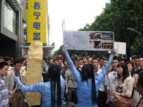 «Аватары» на улице Китая требуют справедливости. Город Гуанчжоу. 24 апреля 2010 год. Фото с aboluowang.com