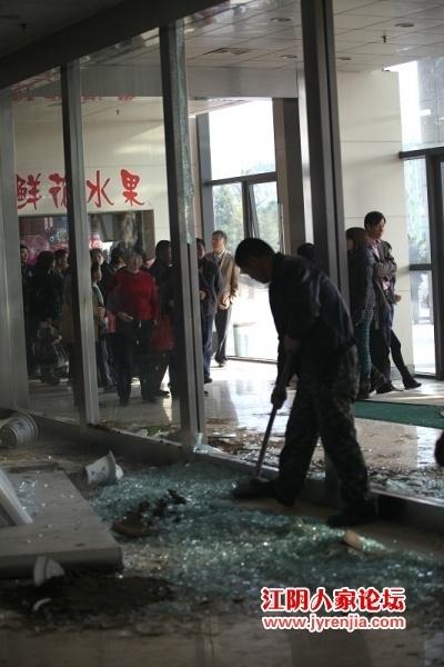 Протестующие разгромили первый этаж здания больницы. Провинция Цзянсу. Декабрь 2010 года. Фото с epochtimes.com