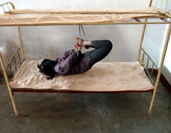Один из методов пыток. Фото с minghui. com