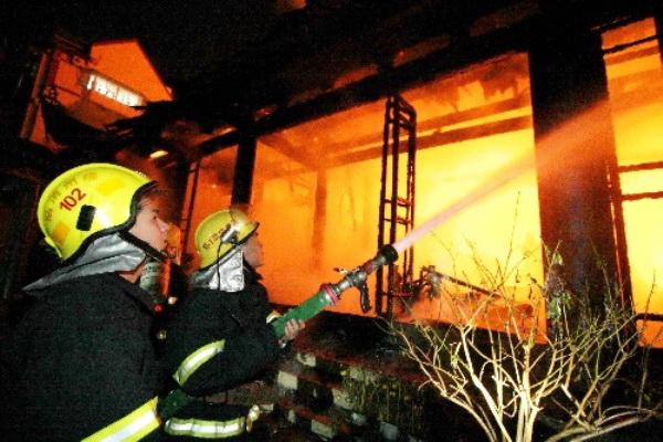 В городе Фучжоу провинции Фуцзянь  в древнем храме Фахай произошел пожар.  Фото с сайта kanzhongguo.com