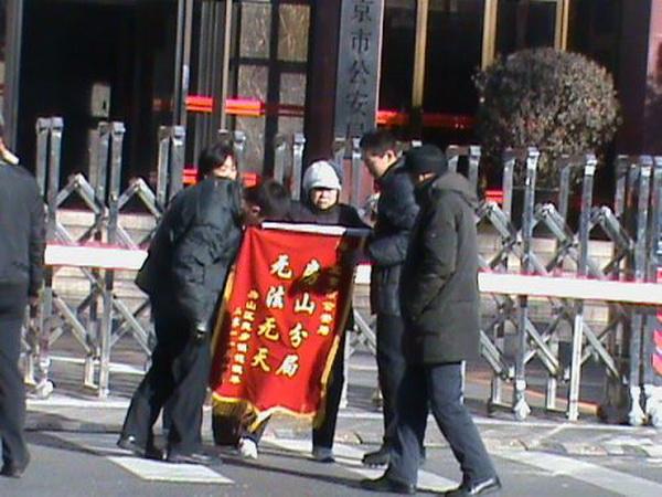 Начало 2011 года стало продолжением массовых протестов против действий властей в 2010году. Фото с сайта kanzhongguo.com