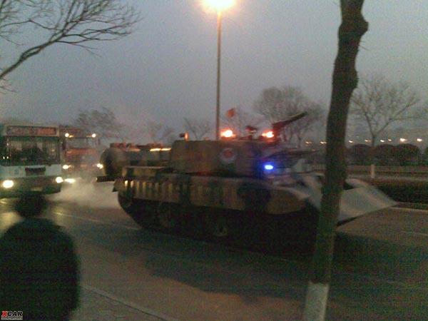 Для ликвидации пожара были использованы не только пожарные бригады, но и специально оборудованный танк. Город Ланьчжоу провинции Ганьсу. 7 января 2010 год. Фото с epochtimes.com