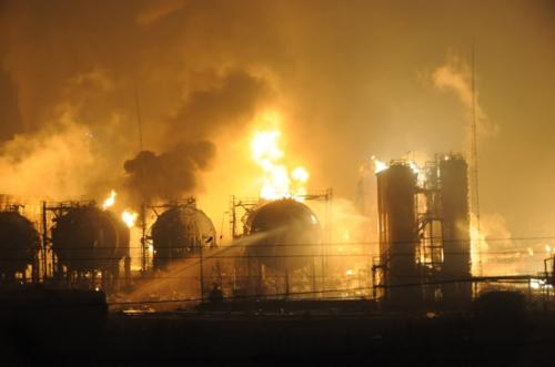 На нефтехимическом заводе национальной нефтегазовой компании CNPC произошла серия взрывов. Город Ланьчжоу провинции Ганьсу. 7 января 2010 год. Фото с epochtimes.com