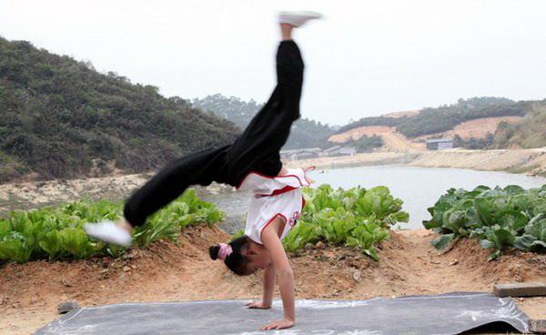 Девочка тренируется. Фото: kaiping.gov.cn .