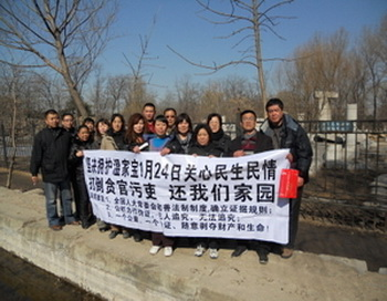Во время  проведения «двух собраний» несколько сотен протестующих из Шанхая едут в Пекин, пытаясь прорваться через многочисленные полицейские кордоны, чтобы донести до сведения народных депутатов проблемы народа. Фото: epochtimes.com