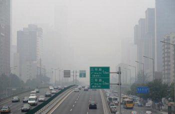 По данным директора Министерства по охране окружающей среды, больше  30 процентов городского населения Китая проживает в районах с плохим качеством воздуха, особенно он загрязнен между Пекином и Шанхаем. (Фредерик Дж. Браун. Getty Images