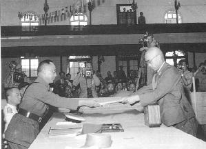 Японская сторона передаёт генералу Гоминьдана акт о капитуляции. Сентябрь 1945 год. Фото с epochtimes.com