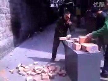 Китайский жесткий цигун: разбить 37 кирпичей за 52 секунды. Фото: epochtimes.com