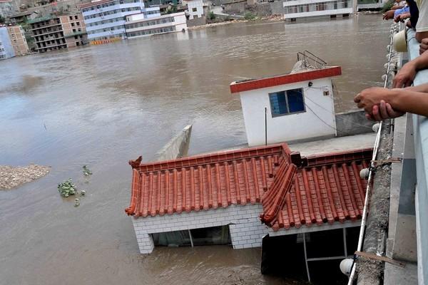 Оползень и наводнение произошли в уезде Чжоучу провинции Ганьсу. 8 августа 2010 год. Фото: AFP/Getty Images