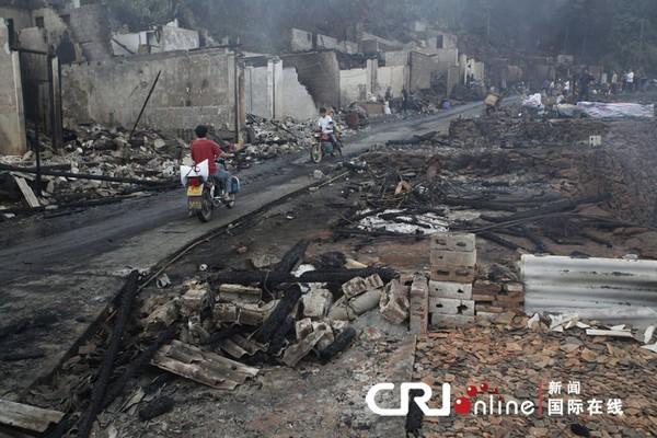 Пожар уничтожил десятки домов. Жуншуй-Мяоский автономный уезд. Сентябрь 2010 год. Фото с kanzhongguo.com