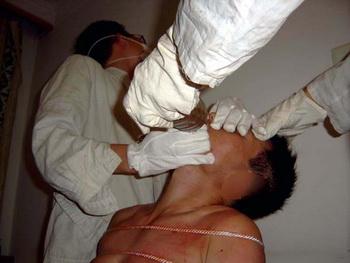 Принудительное кормление. Фото с сайта minghui.com