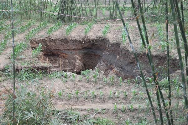 В городе Ибинь провинции Сычуань, с 27 апреля образовалось 27 больших провалов. Фото с aboluowang.com