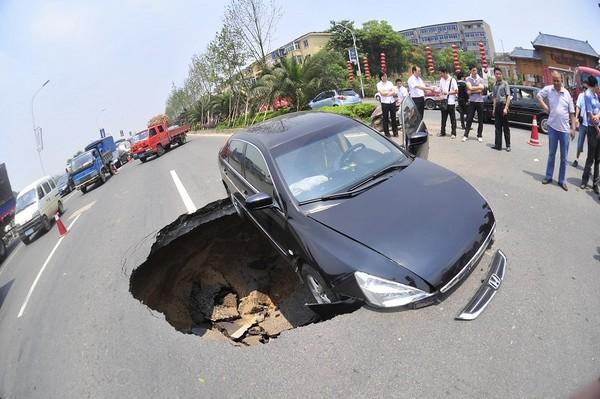 Провал в городе Наньчан провинция Цзянси. Июнь 2010 год. Фото с aboluowang.com