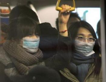 Сыворотка или плазма людей, которые перенесли вирус H1N1, в настоящее время широко используется для лечения пациентов в Китае, находящихся в тяжелом состоянии в результате действия вируса.Две женщины в масках в пекинском метро 2 декабря 2009 года. Фото: Peter Parks/AFP/Getty Images