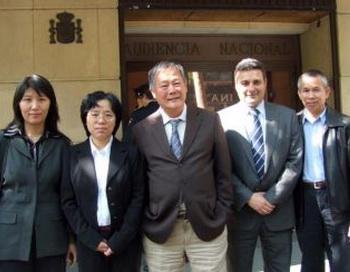 Испанский адвокат Карлос Иглесиас ( второй справа ) и демократ-активист Вэй Цзиншен ( в центре ) с практикующими Фалуньгун - жертвами репрессий после дачи показаний в суде Мадрида. Фото: Виктор Лю, Великая Эпоха