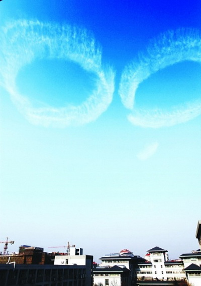 На небе того же дня появилось гигантских размеров облако в виде колец.Фото:kanzhongguo.com