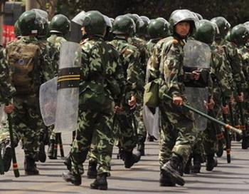 Китайские полицейские служат компартии для подавления народных акций протеста. Фото: AFP
