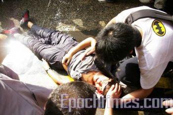Одна женщина-журналист потеряла равновесие и ударилась головой о камень, когда водомет ударил ей в  голову. Фото: ЦЗЭН ДУНФАН. Великая Эпоха