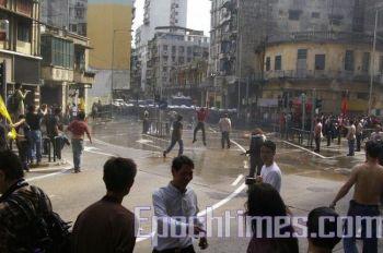 Полицейские стоят строем, чтобы остановить демонстрантов. Фото: ЦЗЭН ДУНФАН. Великая Эпоха